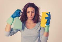 Aantrekkelijke vrouw boos en rusteloos van het schoonmaken en huishouden royalty-vrije stock foto's