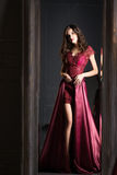 Aantrekkelijke vrouw in de lange kleding van het Bordeauxkant Nagedacht in spiegel stock afbeeldingen