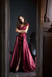 Aantrekkelijke vrouw in de lange kleding van het Bordeauxkant Nagedacht in spiegel royalty-vrije stock afbeelding