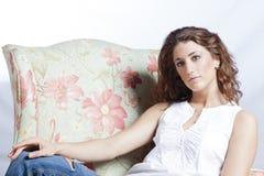 Aantrekkelijke vrouw in de leunstoel Royalty-vrije Stock Foto