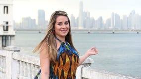 Aantrekkelijke vrouw dichtbij de oceaan  stock video