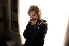 Aantrekkelijke vrouw die aan depressie en spanning lijden die alleen in pijn schreeuwen stock foto's
