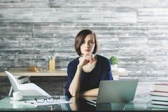 Aantrekkelijke vrouw die aan project werken stock fotografie