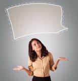 Aantrekkelijke vrouw die abstracte het exemplaarruimte van de toespraakbel kijken Royalty-vrije Stock Afbeeldingen