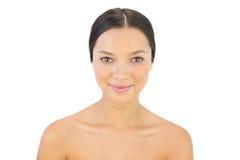 Aantrekkelijke vrouw die bij camera glimlachen Royalty-vrije Stock Afbeelding