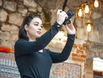 Aantrekkelijke vrouw die blogger foto's van buitenlandse oude architectuur maken royalty-vrije stock foto's