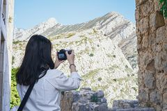 Aantrekkelijke vrouw die blogger foto's van mooie berg maken landsape stock afbeeldingen
