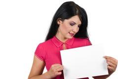 Aantrekkelijke vrouw die een blanco pagina houdt Stock Foto