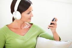 Aantrekkelijke vrouw die een draagbare muziekspeler met behulp van Royalty-vrije Stock Fotografie