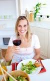 Aantrekkelijke vrouw die een gezond diner heeft royalty-vrije stock foto's