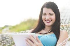 Aantrekkelijke vrouw die een tablet gebruiken Royalty-vrije Stock Foto's
