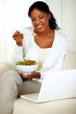 Aantrekkelijke vrouw die gezonde salade eet stock foto's