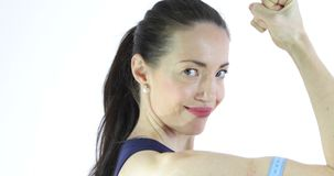 Aantrekkelijke vrouw die haar trainingbicepsen meet stock videobeelden