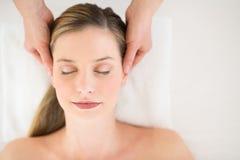 Aantrekkelijke Vrouw die Hoofdmassage ontvangen in Health Spa Stock Foto's
