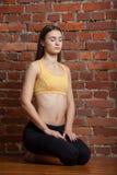 Aantrekkelijke vrouw die met gesloten ogen mediteren Royalty-vrije Stock Fotografie
