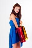 Aantrekkelijke vrouw die met sproeten zakken houden royalty-vrije stock fotografie