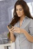 Aantrekkelijke vrouw die mobilofoon met behulp van Royalty-vrije Stock Fotografie
