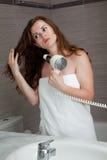 Aantrekkelijke vrouw die moeras in badkamers gebruikt Stock Afbeeldingen