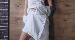 Aantrekkelijke vrouw die in mooie witte pyjama's van de ochtend voor de camera genieten heeft zij een grote stemming en stock videobeelden