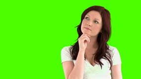aantrekkelijke vrouw die naar een idee zoeken stock footage