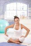 Aantrekkelijke vrouw die oefeningen op vloer doet Stock Foto's
