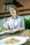 Aantrekkelijke vrouw die ontbijt op haar huisbalkon eten royalty-vrije stock foto