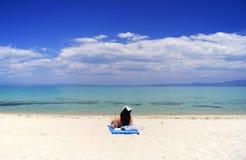 Aantrekkelijke vrouw die op het strand ligt Royalty-vrije Stock Foto's