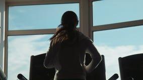 Aantrekkelijke vrouw die op tredmolen in sportgymnastiek lopen stock video