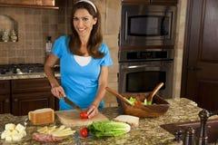 Aantrekkelijke Vrouw die Sandwiches in Huis Kitch maakt Royalty-vrije Stock Afbeelding