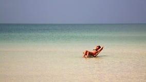 aantrekkelijke vrouw die in schitterend kristalwater zonnebaden, Kambodja stock video