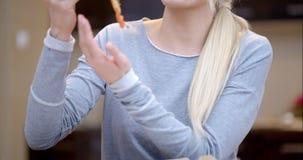 Aantrekkelijke vrouw die van een plak van pizza genieten stock video