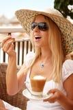 Aantrekkelijke vrouw die van koffie op een vakantie geniet stock afbeeldingen