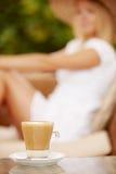 Aantrekkelijke vrouw die van kop van koffie geniet stock foto
