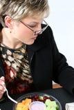 Aantrekkelijke Vrouw die Vers Fruit eet Stock Afbeeldingen
