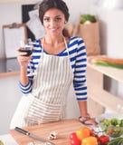 Aantrekkelijke vrouw die voedsel in de keuken voorbereiden Royalty-vrije Stock Afbeelding