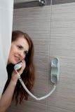 Aantrekkelijke vrouw die vraag in badkamers maakt Royalty-vrije Stock Foto's