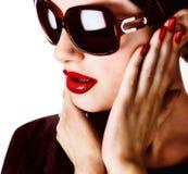 Aantrekkelijke vrouw die zonnebril draagt stock afbeeldingen
