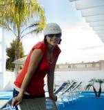 Aantrekkelijke vrouw door pool royalty-vrije stock afbeeldingen