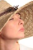 Aantrekkelijke vrouw en strohoed Stock Foto's