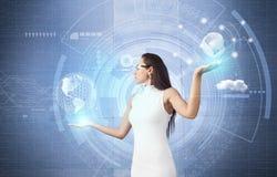 Aantrekkelijke vrouw en technologieën van de toekomst Stock Afbeelding