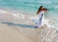 Aantrekkelijke vrouw het spelen viool op strand Royalty-vrije Stock Foto