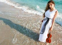Aantrekkelijke vrouw het spelen viool op strand Royalty-vrije Stock Foto's