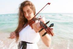 Aantrekkelijke vrouw het spelen viool op strand Royalty-vrije Stock Afbeelding