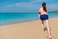 Aantrekkelijke vrouw het uitrekken zich benen die opwarming maken stock afbeelding