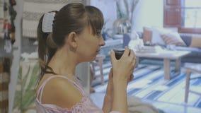 Aantrekkelijke vrouw in huishoudenwinkel Close-up van Kaukasische vrouwelijke geuren bemerkte kaars stock videobeelden