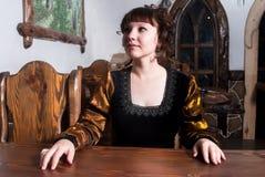 Aantrekkelijke vrouw in kleding van retro barokke stijl Stock Fotografie
