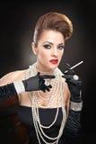 Aantrekkelijke vrouw met cigare in studio Stock Afbeelding