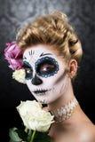 Aantrekkelijke vrouw met de samenstelling van de suikerschedel Royalty-vrije Stock Foto