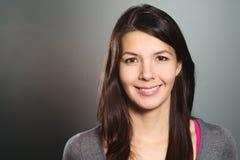Aantrekkelijke vrouw met een mooie vriendschappelijke glimlach Stock Foto