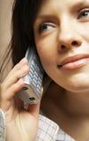 Aantrekkelijke vrouw met een telefoon Royalty-vrije Stock Foto's